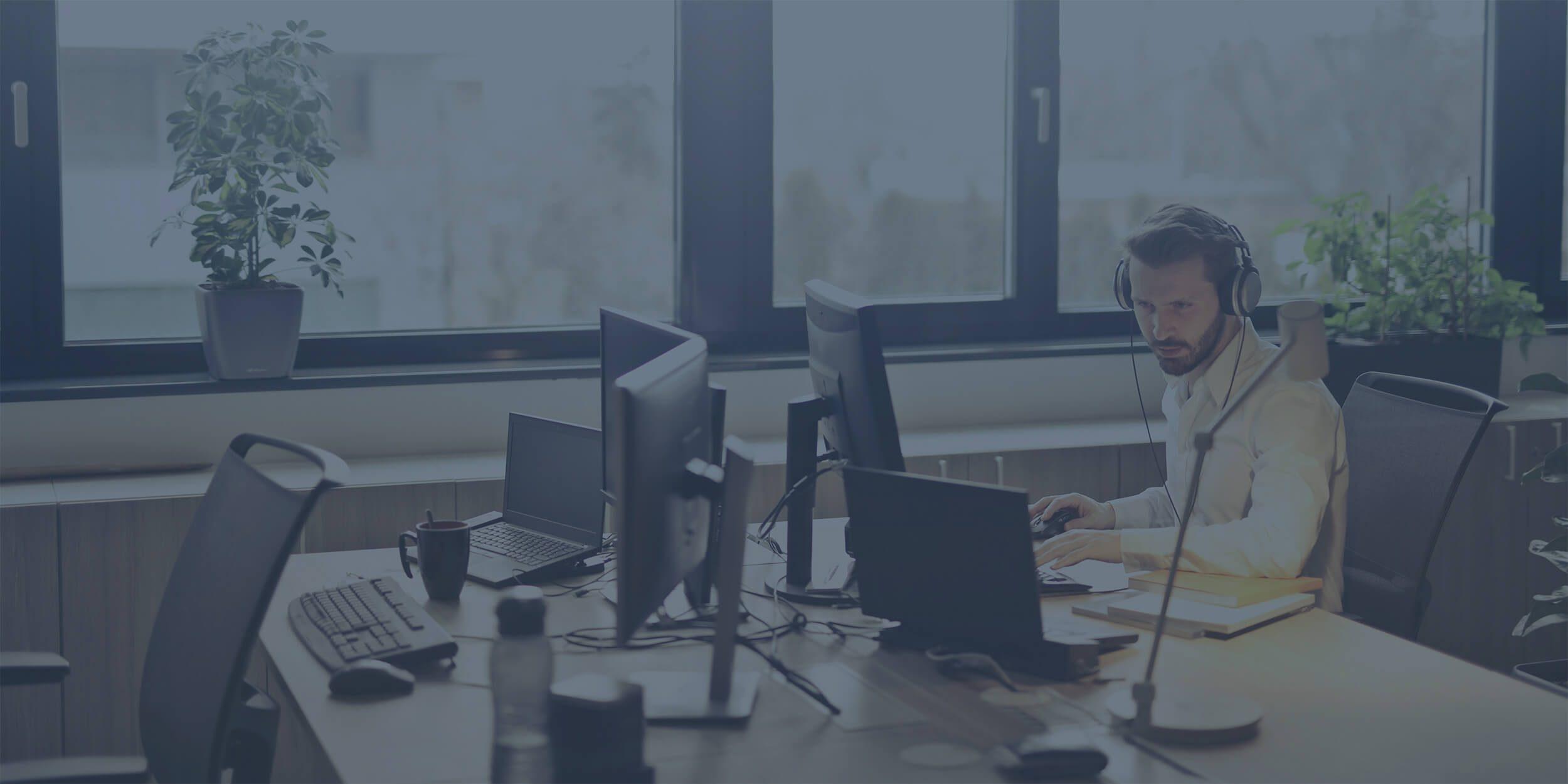 service desk analyst working